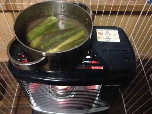 ストーブでイノシシ角煮に込み中