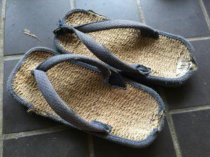ボロボロの草履